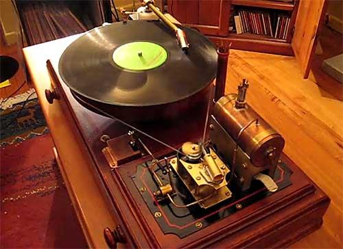 tocadiscos steampunk funciona con steam y reproduce punk