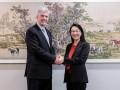 Cher Wang, presidenta y CEO de HTC, con Rick Osterloh, vicepresidente senior de hardware en Google