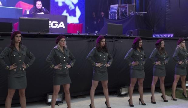 Bailarinas vestidas de militares al inicio de la presentación